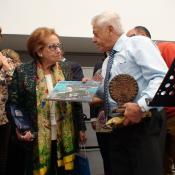 Entrega por Mario Diez a Elisa Soria de Ourense del libro Santander una ciudad para vivir